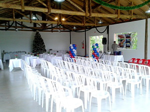Interior do salão, decorado para evento infantil.